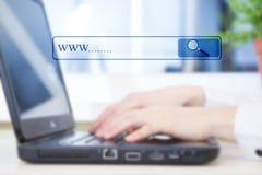 Händer av affärskvinnan med bärbar datortangentbordet Royaltyfri Bild