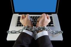Händer av affärsmannen missbrukade för att arbeta förbindelsen med kedjan till datorbärbara datorn i arbetsnarkoman Royaltyfri Bild