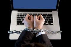 Händer av affärsmannen missbrukade för att arbeta förbindelsen med kedjan till datorbärbara datorn i arbetsnarkoman Fotografering för Bildbyråer