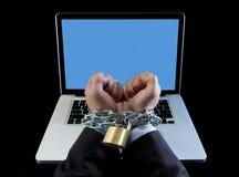 Händer av affärsmannen missbrukade för att arbeta förbindelsen med kedjan till datorbärbara datorn i arbetsnarkoman Royaltyfri Foto