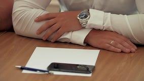 Händer av affärsmannen på tabellen under diskussionen arkivfilmer