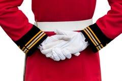 Händer av bärande vita handskar för en kunglig vakt Royaltyfri Foto