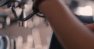 Händer av baristaen för den unga kvinnan tryckte på startknappen på kaffemaskinen, kaffe som gör kafébaristabegrepp stock video