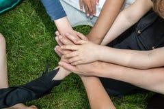 Händer av barn på gräsmattan royaltyfri bild