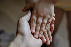 Händer av barnet i hand för moder` s Fostra dagbegreppet för ` s royaltyfri bild