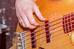 Händer av basen för gitarrist` s royaltyfri foto