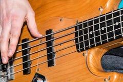 Händer av basen för gitarrist` s arkivbilder