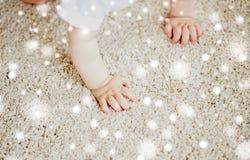 Händer av behandla som ett barn krypning på golv eller matta Royaltyfria Foton