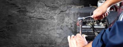Händer av bilmekanikern i service för auto reparation arkivbild
