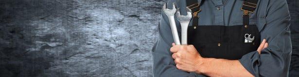 Händer av bilmekanikern med skiftnyckeln arkivfoton