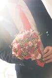 Händer av bröllopbrudgummen som får klara i dräkt Royaltyfri Bild