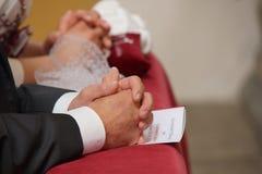 Händer av bruden och brudgummen Royaltyfri Fotografi