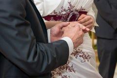 Händer av bruden och brudgummen Royaltyfria Bilder