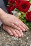 Händer av bruden och brudgummen Arkivbilder