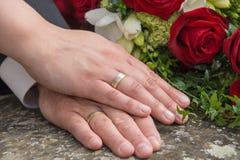 Händer av bruden och brudgummen Arkivfoton