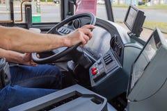 Händer av chauffören i en modern buss, genom att köra, Europa fotografering för bildbyråer