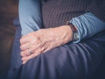 Händer av den äldre kvinnan Arkivbilder