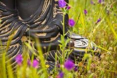 Händer av den buddha statyetten Arkivbild