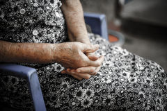 Händer av den gamla kvinnan. Pensionärs händer Royaltyfri Fotografi