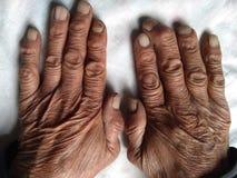 Händer av den lantliga pensionären royaltyfria bilder