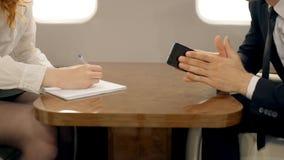 Händer av den manliga framstickande- och kvinnligsekreteraren som tillsammans arbetar i affärsstråle stock video
