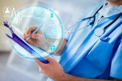 Händer av den medicinska doktorn som skriver den futuristiska medicinska rapporten Arkivbild