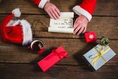 Händer av den Santa Claus öppningssnirkeln Arkivfoto