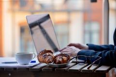 Händer av den unga affärskvinnan som arbetar på bärbara datorn Royaltyfri Foto