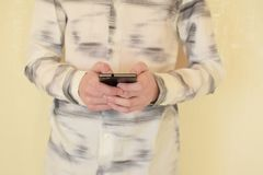 Händer av den unga mannen som använder smartphonen royaltyfri fotografi