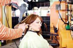Händer av den yrkesmässiga frisören Arkivfoton