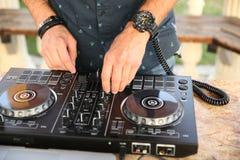 Händer av discjockeyblandningmusiken royaltyfri fotografi
