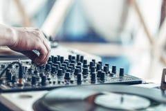 Händer av discjockeyn som blandar musik Arkivfoton