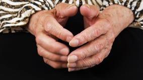 Händer av en äldre kvinnanärbild Händer av en gamal man De sjuka händerna av åldringen stock video