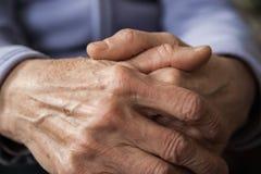 Händer av en äldre person Rynkig handfarmor royaltyfri bild