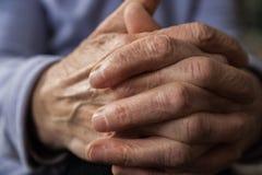 Händer av en äldre person Rynkig handfarmor royaltyfria bilder
