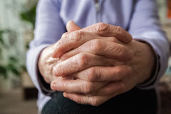 Händer av en äldre person Rynkig handfarmor arkivbilder