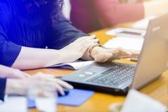 Händer av en bärbar dator för maskinskrivning för affärskvinna Fotografering för Bildbyråer
