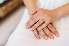 Händer av en brud som förläggas på hennes varv, vänta för kvinna Royaltyfri Foto