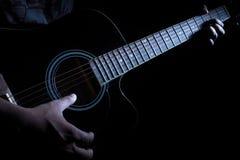 Händer av en gitarrist som spelar gitarren royaltyfri bild