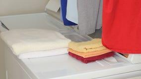 Händer av en hopfällbar tvätteri för man arkivfilmer