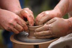 Händer av en keramiker, Arkivbilder