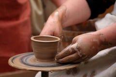 Händer av en keramiker, Royaltyfri Bild