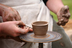 Händer av en keramiker, Arkivfoto
