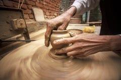 Händer av en keramiker. arkivbild