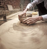 Händer av en keramiker. arkivfoto