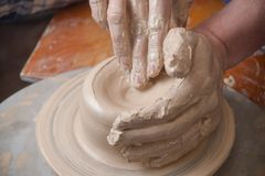 Händer av en keramiker Fotografering för Bildbyråer