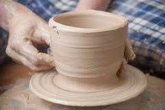 Händer av en keramiker Royaltyfri Foto