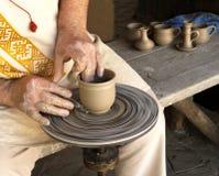 Händer av en keramiker på arbete Arkivfoton
