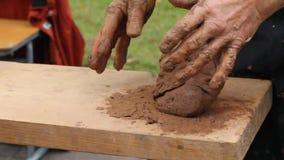 Händer av en keramikercloseup En klumpa sig av lera i händer för man` s arkivfilmer