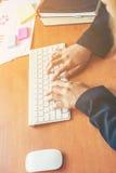 Händer av en kontorskvinnamaskinskrivning och arbete fotografering för bildbyråer